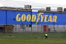 <p>Goodyear Tire & Rubber, numéro trois américain du pneumatique, affiche une baisse de son bénéfice au troisième trimestre et un recul de ses ventes sur ses principaux marchés, tout particulièrement en Europe. /Photo d'archives/REUTERS/Mick Tsikas</p>