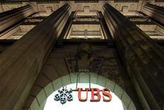 <p>UBS supprimera sans doute jusqu'à 10.000 emplois dans le monde entier, exposée qu'elle est à une baisse de ses revenus et à des exigences de fonds propres devenues plus strictes, selon une source proche de la première banque suisse. /Photo d'archives/REUTERS/Arnd Wiegmann</p>