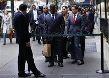 <p>Personas que buscan empleo hacen fila en una feria de trabajo en la ciudad de Nueva York, 24 de octubre de 2012. La economía de Estados Unidos creó 171.000 empleos en octubre, más de lo esperado por el mercado, mientras que la tasa de desocupación subió levemente debido a que más personas volvieron a buscar trabajo, mostró el viernes un informe. REUTERS/Mike Segar</p>