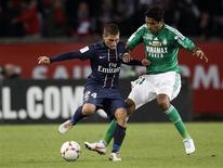 <p>Duel entre Marco Verratti du Paris Saint-Germain (24) et Brandoa de Saint-Etienne, au Parc des Princes. Battu (1-2) pour la première fois de la saison en Ligue 1, le Paris Saint-Germain n'est plus qu'un leader virtuel après le week-end de la onzième journée marqué par les victoires conjuguées de Marseille face à Ajaccio (2-0) et de Lyon face à Bastia (5-2), les deux Olympiques restant derrière le PSG au classement mais avec un match en retard de la dixième journée. /Photo prise le 3 novembre 2012/REUTERS/Cedric Lecocq</p>