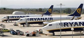 <p>Ryanair a annoncé lundi un bénéfice en hausse de 10% au premier semestre, grâce à une augmentation de ses tarifs et à une facture de carburant en baisse, ce qui a amené la compagnie à bas coûts à relever sa prévision annuelle. /Photo prise le 20 septembre 2012/REUTERS/Albert Gea</p>