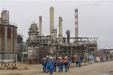 <p>Le Fonds souverain libyen a adressé au ministère français du Redressement productif une lettre d'intérêt concernant une éventuelle reprise de la raffinerie Petroplus de Petit-Couronne (photo), en Seine-Maritime, a annoncé Arnaud Montebourg. /Photo prise le 24 février 2012/REUTERS/Philippe Wojazer</p>