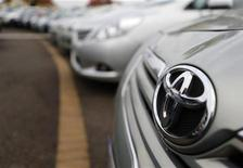 <p>Toyota Motor a annoncé lundi avoir multiplié par trois son bénéfice net au trimestre juillet-septembre, en dépit d'une forte baisse de ses ventes en Chine, et a du coup relevé ses prévisions pour l'ensemble de son exercice 2012-2013 clos en mars prochain. Le constructeur automobile japonais table désormais sur un bénéfice net annuel de 780 milliards de yens (7,5 milliards d'euros). /Photo prise le 10 octobre 2012/REUTERS/Andrew Winning</p>