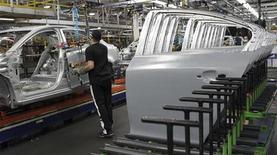 <p>GM et Ford ont annoncé de lourdes pertes pour leurs activités européennes au troisième trimestre et leurs pertes cumulées pourraient atteindre au total six milliards de dollars en 2012-2013. En 2006, Ford avait su prendre les devants pour restructurer ses opérations américaines avant la crise financière mondiale qui mit General Motors hors course trois ans plus tard. En cet automne 2012, le groupe fait peut-être preuve de la même clairvoyance en Europe. /Photo d'archives/REUTERS/Aaron Josefczyk</p>
