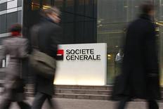 <p>Victime de la prudence des investisseurs à l'instar des valeurs cycliques et financières, le titre Société générale reculait de 1,56% vers 12h57 tandis que le CAC 40 perdait 0,96%. /Photo d'archives/REUTERS/Benoît Tessier</p>