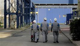 <p>Le manque de compétitivité de son économie assombrit les perspectives de croissance de la France et le problème risque de s'aggraver si elle ne s'adapte pas au même rythme que ses partenaires européens comme l'Espagne ou l'Italie, estime le Fonds monétaire international (FMI). /Photo d'archives/REUTERS</p>