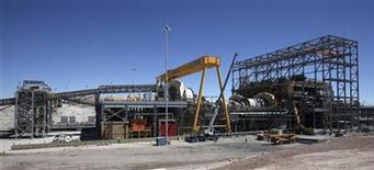 <p>Imagen de archivo de una sección de la mina de cobre Esperanza en Calama, Chile, mar 30 2011. La economía chilena creció un 4,6 por ciento interanual en septiembre de la mano de una firme demanda interna y del dinamismo del sector minero, en una expansión que superó las expectativas a pesar que el mes tuvo 4 días hábiles menos. REUTERS/Ivan Alvarado</p>