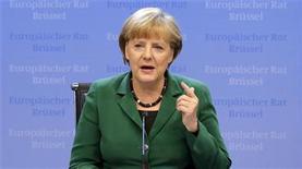 <p>Imagen de archivo de la canciller alemana, Angela Merkel, en una conferencia de prensa tras la cumbre de líderes de la Unión Europea en Bruselas, oct 19 2012. La coalición de centroderecha de la canciller alemana, Angela Merkel, alcanzó el lunes un acuerdo sobre temas sociales controvertidos que espera aumenten su nivel de respaldo de cara a las elecciones federales de septiembre próximo. REUTERS/Christian Hartmann</p>