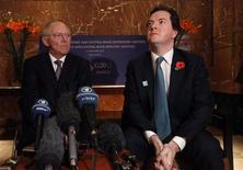 <p>Le ministre des Finances allemand Wolfgang Schaüble (à gauche) et son homologue britannique George Osborne, au sommet du G20, à Mexico. Les pays membres vont s'accorder une marge de manoeuvre plus importante pour atteindre leurs objectifs en termes de déficits afin de faire en sorte que l'austérité n'étouffe pas la croissance, selon un projet de communiqué rédigé à l'occasion de la réunion des grands argentiers de la planète. /Photo prise le 5 novembre 2012/REUTERS/Edgard Garrido</p>