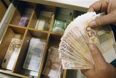 """<p>Louis Gallois presse l'Eurogroupe et la Banque centrale européenne (BCE) de s'exprimer """"clairement"""" sur le taux de change de l'euro, qu'il juge en partie responsable de la perte de compétitivité des entreprises françaises. /Photo d'archives/REUTERS/John Kolesidis</p>"""