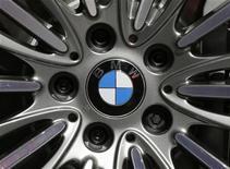 <p>BMW, numéro un mondial des voitures haut de gamme, fait état d'une hausse de 13,8% de son bénéfice avant taxes et intérêts (Ebit) au troisième trimestre à deux milliards d'euros alors que le consensus Reuters n'anticipait que 1,72 milliard d'euros. /Photo prise le 28 septembre 2012/REUTERS/Christian Hartmann</p>