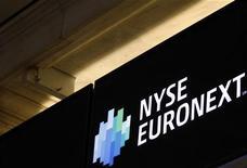<p>NYSE Euronext affiche un chiffre d'affaires net en recul de 21% au troisième trimestre, à 559 millions de dollars. Le premier opérateur boursier mondial évoque un ralentissement de l'activité en Europe comme aux Etats-Unis. /Photo d'archives/REUTERS/Brendan McDermid</p>