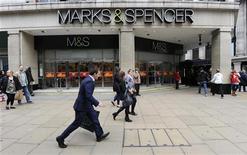 <p>Marks & Spencer fait état d'une nouvelle baisse de son bénéfice semestriel qui reflète selon lui des erreurs commises dans l'offre de vêtements et par les difficultés rencontrées par les consommateurs britanniques. /Photo d'archives/REUTERS/Paul Hackett</p>
