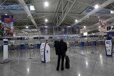 <p>L'aéroport Eleftherios Venizelos d'Athènes. Des dizaines de milliers de Grecs ont répondu mardi à un appel à la grève générale de 48 heures contre un nouveau plan d'austérité qui, selon les syndicats, menace d'affaiblir encore les plus pauvres et ruiner ce qui reste de l'économie du pays. /Photo prise le 6 novembre 2012/REUTERS/John Kolesidis</p>