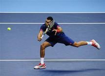 <p>Jo-Wilfried Tsonga a été battu lundi soir lors de son premier match à l'ATP World Tour Finals de Londres par le Serbe Novak Djokovic en deux sets 7-6 6-3, en 1h39. /Photo prise le 5 novembre 2012/REUTERS/Kieran Doherty</p>