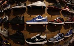<p>Nike, qui serait sur le point de vendre sa marque Cole Haan à la société de capital-investissement Apax Partners pour un montant d'environ 500 millions de dollars, à suivre mardi sur les marchés américains. /Photo d'archives/REUTERS/Lucy Nicholson</p>