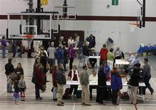 <p>Bureau de vote à Newark, dans l'Ohio. Au moins 120 millions d'Américains vont se prononcer mardi, soit pour offrir un deuxième mandat à Barack Obama, soit pour le remplacer par le républicain Mitt Romney. /Photo prise le 6 novembre 2012/REUTERS/Matt Sullivan</p>
