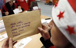 <p>La Poste a ouvert mardi à Libourne, près de Bordeaux, le secrétariat du Père Noël qui fête cette année ses 50 ans et attend près d'1,5 million de lettres et de courriels d'enfants. /Photo prise le 6 novembre 2012/REUTERS/Régis Duvignau</p>