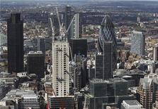 <p>La City, à Londres. Le secteur financier londonien va subir 13.000 suppressions de postes en 2013 après une année de ralentissement des affaires, selon les premiers résultats d'une étude publiée mardi par le Centre for Economics and Business Research (CEBR). /Photo prise le 5 juillet 2012/REUTERS/Luke MacGregor</p>