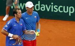 <p>Radek Stepanek (à gauche) et Tomas Berdych seront les deux leaders de l'équipe de République tchèque qui tentera de ravir la Coupe Davis aux tenants du titre espagnols en finale, dans dix jours à Prague. /Photo prise le 15 septembre 2012/REUTERS/Marcos Brindicci</p>