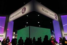 <p>Comme PSA en septembre, Alcatel-Lucent pourrait sortir du CAC 40, les difficultés financières de l'équipementier télécoms ayant fait tomber la valeur à des plus bas historiques. /Photo prise le 28 février 2012/REUTERS/Albert Gea</p>