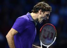 <p>Le Suisse Roger Federer, tenant du titre, a facilement battu mardi le Serbe Janko Tipsarevic pour son entrée en lice au Masters ATP de Londres (6-3 6-1), signant là un nouveau record avec une 40e victoire dans ce rendez-vous traditionnel de fin de saison. /Photo prise le 6 novembre 2012/REUTERS/Dylan Martinez</p>