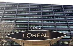 <p>L'Oréal a vu sa croissance organique nettement décélérer au troisième trimestre, sous le coup d'un fort ralentissement de la dynamique des produits de luxe, d'un tassement de la croissance en Asie et d'un recul en Europe de l'Ouest confrontée à la crise. /Photo d'archives/REUTERS/Charles Platiau</p>
