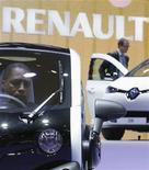 <p>Lors du Mondial de l'automobile, à Paris. Renault espère conclure d'ici la fin janvier avec ses syndicats un accord pour améliorer la compétitivité de ses usines françaises, a-t-on appris mardi auprès de deux représentants syndicaux. /Photo prise le 28 septembre 2012/REUTERS/Christian Hartmann</p>