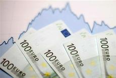 <p>L'annonce d'un plan visant à baisser de 20 milliards d'euros les coûts des entreprises françaises a été généralement bien accueillie, au moins dans son principe, par les économistes même si certains s'inquiètent de sa complexité ou jugent que beaucoup reste à faire en matière de compétitivité. /Photo d'archives/REUTERS/Dado Ruvic</p>