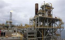 <p>Imagen de archivo de la plataforma marina Cidade Angra dos Reis en el campo Lula a unos 186,4 kilómetros de la costa de Río de Janeiro, feb 16 2011. La producción de petróleo de Petrobras en Brasil fue de unos 1,94 millones de barriles por día (bpd) en octubre, con lo que se recuperó de la baja que había sufrido el mes anterior, dijo el martes el director de Exploración y Producción de la compañía, José Formigli. REUTERS/Sergio Moraes</p>