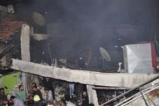 <p>Sur le site d'une explosion dans le quartier du nord-ouest de Damas, Hai al Wouroud. Trois explosions dans ce quartier de la capitale ont fait, selon l'Observatoire syrien des droits de l'homme, au moins quinze morts et de dizaines de blessés. /Photo prise le 6 novembre 2012/REUTERS/SANA</p>