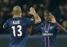 <p>Blaise Matuidi félicité par son coéquipier du Paris St-Germain, Alex, pour son but contre le Dinamo Zagreb, au Parc des Princes. Les Parisiens ont fait un pas important vers les huitièmes de finale de la Ligue des champions en l'emportant sur le score de 4-0. /Phoot prise le 6 novembre 2012/REUTERS/Benoît Tessier</p>