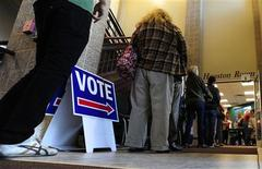 <p>Bureau de vote à Boulder, dans le Colorado. Les démocrates devraient conserver la majorité au Sénat américain à l'issue des élections de mardi aux Etats-Unis, selon des estimations de la chaîne de télévision CNN. /Photo prise le 6 novembre 2012/REUTERS/Mark Leffingwell</p>