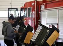 <p>Bureau de vote dans une caserne de pompiers à Columbus dans l'Ohio. Le président sortant Barack Obama a remporté l'Etat crucial de l'Ohio lors de l'élection présidentielle américaine de mardi, selon des estimations de la chaîne de télévision Fox News. /Photo prise le 6 novembre 2012/REUTERS/Matt Sullivan</p>