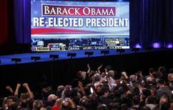 <p>Partisans de Barack Obama devant un écran géant à Chicago. Trois chaînes de télévision américaines, CNN, Fox News et CBS, annoncent la réélection de Barack Obama à la présidence des Etats-Unis. /Photo prise le 6 novembre 2012/REUTERS/Jeff Haynes</p>