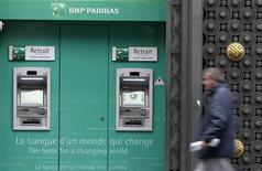<p>BNP Paribas à suivre à la Bourse de Paris. La banque annonce mercredi l'achèvement avec trois mois d'avance de son plan d'adaptation pour se conformer aux évolutions réglementaires. Elle publie également un résultat net en forte hausse au troisième trimestre. /Photo prise le 26 octobre 2012/REUTERS/Jacky Naegelen</p>