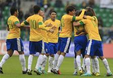 <p>Le Brésil figure toujours hors du top 10 du classement Fifa publié mercredi malgré ses victoires lors de ses deux derniers matches amicaux le mois dernier, comme ici face au Japon à Varsovie. Les quintuples champions du monde occupent le 13e rang, loin de l'Espagne, sacrée en 2010. /Photo prise le 16 octobre 2012/REUTERS/Tobias Schwarz</p>