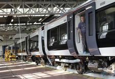 <p>Usine Bombardier de Derby, en Angleterre. Le fabricant mondial de trains et d'avions de ligne, qui a fait état d'une hausse de 10% de son bénéfice du troisième trimestre, a annoncé la suppression de quelque 1.200 emplois dans sa division ferroviaire. /Photo d'archives/REUTERS/Darren Staples</p>