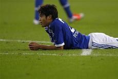<p>Schalke 04 va devoir composer sans son défenseur Atsuto Uchida (photo) et sans son milieu de terrain Marco Höger, qui se sont blessés mardi lors du match nul 2-2 de leur équipe contre Arsenal en Ligue des champions. /Photo d'archives/REUTERS/Ina Fassbender</p>