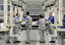 <p>Foto de archivo de un grupo de trabajadores de Volkswagen en la línea de producción de un Porsche Boxter en Osnabrueck, Alemania, sep 19 2012. La producción industrial de Alemania se contrajo en septiembre más de lo estimado, sobre todo por una caída en las manufacturas, mostraron el miércoles datos del Ministerio de Economía que destacaron el enorme impacto que está teniendo la crisis de la zona euro en la economía más grande de Europa. REUTERS/Fabian Bimmer GERMANY</p>