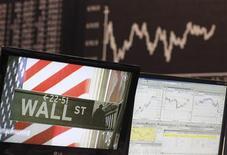 <p>Wall Street a ouvert en recul, le Dow Jones perdant 1,36%, dans les premiers échanges, le Standard & Poor's reculant de 1,34% et le Nasdaq de 1,31%. Si la réélection de Barack Obama a rassuré les marchés, les investisseurs s'inquiètent des déclarations du président de la Banque centrale européenne Mario Draghi sur l'évolution de la crise européenne. /Photo d'archives/REUTERS/Ralph Orlowski</p>