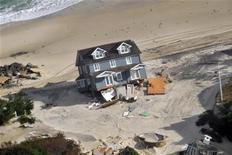 <p>Plage du New Jersey. Les autorités de l'Etat de New York et de celui du New Jersey ont ordonné mercredi l'évacuation de maisons de retraite et de quartiers côtiers déjà dévastés par l'ouragan Sandy avant l'arrivée sur la région d'une nouvelle tempête. /Photo prise le 2 novembre 2012/REUTERS/Jim Greenhill/Garde Nationale</p>