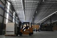<p>Foto de archivo de un trabajador en una grúa horquilla en el edificio de la firma Meco en Saltillo, México, ene 25 2011. La inversión de las empresas en México cayó un 0.9 por ciento en agosto frente a julio, interrumpiendo dos meses seguidos de expansión, afectada por un tropiezo del gasto en construcción, dijo el miércoles el instituto de estadísticas. REUTERS/Tomas Bravo</p>