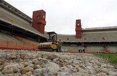 <p>Un grupo de obreros en las obras de renovación del estadio Arena da Baixada en Curitiba, Brasil, jun 12 2012. Legisladores de una de las ciudades en la que se jugarán partidos del Mundial de Fútbol de 2014 en Brasil anunciaron que investigarán acusaciones de que hubo cobros excesivos para reformar el estadio del club Atlético Paranaense. REUTERS/Rodolfo Buhrer</p>