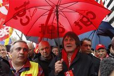 """<p>Bernard Thibault, lors d'une manifestation à Paris. Le secrétaire général de la CGT a dénoncé mercredi le mécanisme """"inacceptable"""" du pacte de compétitivité du gouvernement qu'il juge trop coûteux. /Photo prise le 11 octobre 2012/REUTERS/Gonzalo Fuentes</p>"""