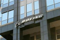 <p>Foto de archivo de la casa matriz de la firma Boeing en Chicago, EEUU, abr 26 2006. La fabricante de aviones Boeing anunció el miércoles una profunda reestructuración en su división de defensa, que incluirá un recorte del 30 por ciento de los empleos administrativos, el cierre de instalaciones en California y la consolidación de varias unidades de negocios. REUTERS/Stringer</p>