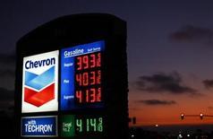 <p>Foto de archivo de una gasolinera de Chevron en Encinitas, EEUU, jul 28 2011. Un juez argentino dictó un embargo por hasta 19.000 millones de dólares sobre activos de Chevron en el país sudamericano por una causa de contaminación en la Amazonia ecuatoriana, dijo el miércoles un abogado de la querella. REUTERS/Mike Blake</p>