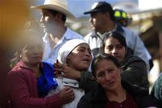 <p>Un grupo de familiares reacciona tras encontrar el cuerpo de Cruz Abel De León, víctima de un derrumbamiento de tierra prodovocado tras un sismo de magnitud 7.4, en El Recreo, Guatemala, nov 8 2012. El número de muertos por el fuerte sismo que azotó Guatemala se elevó el jueves a 52 personas, mientras que socorristas seguían buscando sobrevivientes en el noroeste del país, la región más golpeada y donde miles de viviendas resultaron dañadas. REUTERS/Jorge Dan Lopez</p>