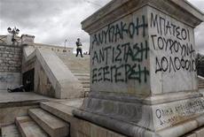 <p>Imagen de archivo de unos rayados con protestas en la escalera de mármol de la plaza Syntagma de Atenas, nov 8 2012. Grecia necesitará 32.600 millones de euros en financiamiento adicional para alcanzar una meta de superávit fiscal primario del 4,5 por ciento del PIB al 2016, dos años más tarde de lo previsto originalmente, según un documento preparado por ministros de Finanzas de la zona euro. REUTERS/John Kolesidis</p>