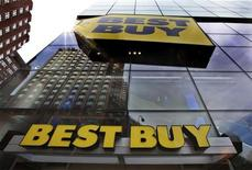 <p>A building is reflected in the glass of a Best Buy store in New York August 21, 2012. REUTERS/Brendan McDermid</p>